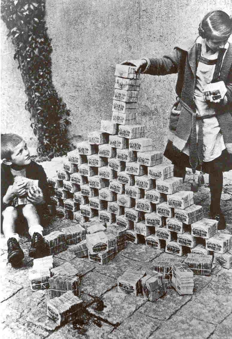 ninos jugando con montones de dinero que no valen nada